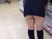 前屈みでスカートを履いてないのかノーパンなのか分からないほどお尻丸出しギャル