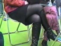 イベント会場でイスに座るキレイな足を盗撮!組み替えたところをズームでパンチラ狙い