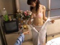 入院患者に脅され「早く、ほらっ!」仕方なく脱いでチ〇ポに跨るかわいい看護婦