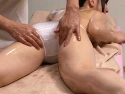 マッサージでさりげなくパンティーの脇から指を入れられお尻をピクピクさせる女性