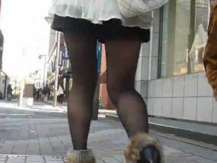 街撮りミニスカ盗撮!男と歩いてても若い女性の黒パンスト美脚に迷わず近づく