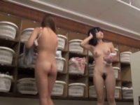 若い子たちがうじゃうじゃいる脱衣所!カメラの前にぷりぷりお尻が次々現れる