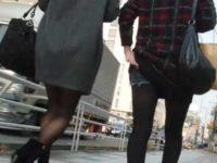 街撮り脚フェチ!並んで歩く黒パンストの短パンとミニスカ女性を追い抜いて正面撮り
