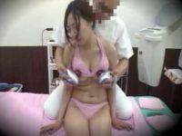 ブルブル器具で乳首マッサージ師!下唇を噛んで耐える女性もおま〇こ責めにはアヘ顔