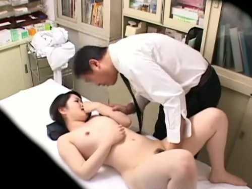 おま〇こ触診で喘ぎすぎる女性患者「どうしました?」医師のチ〇ポにむしゃぶりつく