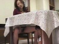 わざと箸を落とす新しい母「取ってくれる?」テーブルの下に潜るとノーパン大股開き