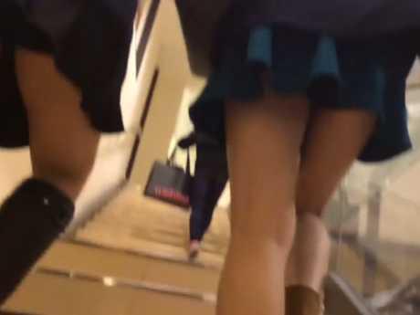 ミニスカ2人まとめて階段逆さ撮り!きれいな生足から2人とも残念な黒見せパンツ