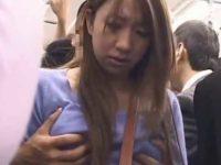 電車で後ろから優しくおっぱいを揉まれ戸惑う女性!ブラを外されノーブラ乳首イジり