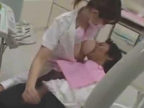 歯科医の巨乳が触れてセンズリする患者!デカチンを見せられるとおっぱい出して手コキ
