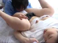 大好きなお兄ちゃんに抱かれて幸せそうな妹!ブラをズラすと小さいおっぱいにデカ乳首