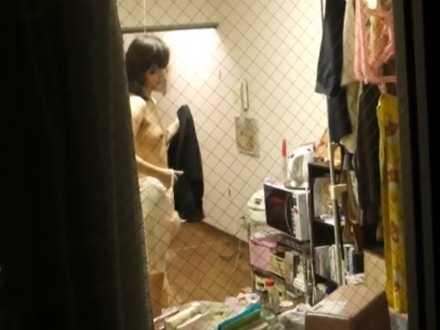 一人暮らし部屋盗撮!着替えてブラを外すといいお尻してるのにぺちゃぱいの女の子