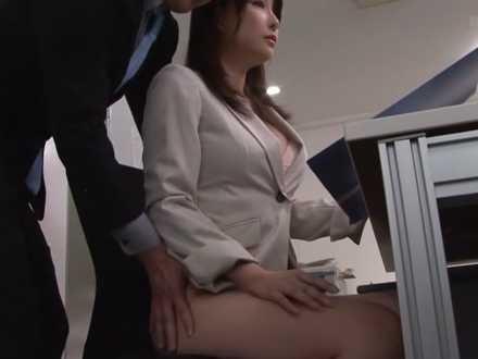 ノーパン美人上司のスカートをそっとめくる部下!資料を見せながらマン毛を引っ張る