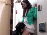 鍵を落としたミニスカ女に自宅前で襲う!口内発射してから鍵を渡してお礼される