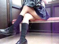 ベンチに座る美脚制服女子を盗撮!足を組みかえると見えちゃう黄色パンティー