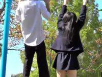 公園で遊ぶカップル盗撮!仲良く鉄棒にぶら下がりカラダを大きく揺らしてパンチラ