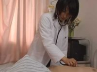 患者の膨らんだ股間をチラ見する女医!我慢できずに聴診器を当てて勝手にフェラチオ
