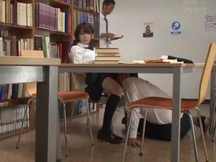 図書館で勉強中に机の下でクンニ!声を出さないように我慢してもぺちゃぺちゃ音