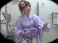 公衆トイレ盗撮!隣の誰かにティッシュをもらう派手なパンツにかわいい浴衣ギャルたち