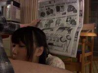テーブルの下でこっそりフェラ「どこ行ったんだろう?」新聞で隠してじゅぶじゅぶ