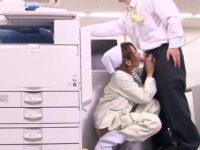 社内でこっそりチ〇ポ出すとむしゃぶりつくパンチラ掃除婦!隠れて顔射セックス