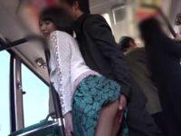 バスでスカートをめくりお尻スリスリする痴漢!逃げて座席に座るとおっぱいモミモミ