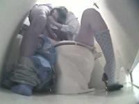 トイレでこっそりフェラ抜き「ちょっと座って!」便座に座らせチ〇ポをしゃぶらせる