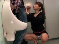 男女共用トイレで紙を取ってあげるとお礼フェラ「えっ?ちょっと..」じゅぶじゅぶ