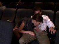 映画を観てる彼氏にいたずらフェラ「ヤバイって!」嫌がりながら勃起するチ〇ポ