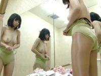 鏡でどのアングルも見えちゃう更衣室!レオタードを脱ぐと若そうなのに垂れおっぱい