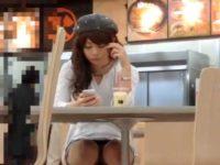 店内座りパンチラ盗撮!スマホに夢中なミニスカ娘の白パンティーをズームで狙う