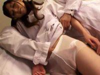 仕事中にオナニーしてた看護婦にお仕置き手マン!可愛いパンティーを食い込ませる