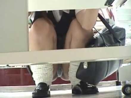 棚の下からしゃがみパンチラ盗撮!ノーパンかと思わせる透けパンティーの制服女子