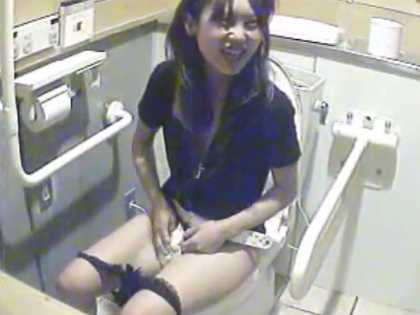 公衆トイレ盗撮!おま〇こを拭きながら外で待つ友達と楽しそうに会話するギャル