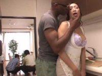 台所で黒人に巨乳を揉まれる人妻「ここじゃダメよ..」デカチンを見せるとフェラチオ