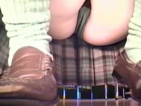 しゃがみパンチラ!短くもないスカートにあどけない顔でマンスジ入り黒パンティー