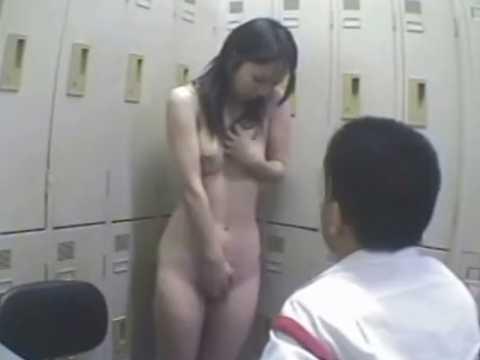 全裸で撮影され手で隠す万引き娘「恥ずかしそうだねぇ..」おま〇ここちょこちょ
