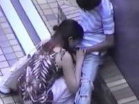 路地裏でフェラチオ中のカップル!夢中で根元まで咥え込む彼女をのぞき込む彼氏