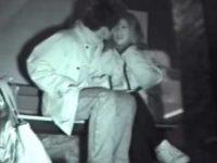 ベンチに座ると甘えてキスする可愛い彼女!パンツを下ろす彼氏の股間に頭を埋める