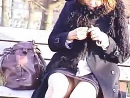 ミニスカで座っても隠さずパンチラ!ずっと見えてるパンツをズームするとマンスジ