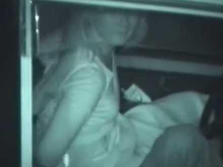 カーセックス盗撮!周りを気にしながらチ〇ポを咥えるとしっかりバキュームする彼女