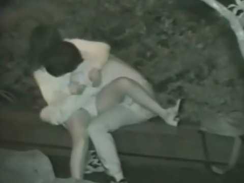 公園カップル盗撮!抱き合いながらおま〇こをイジられ辛そうな体勢になる彼女