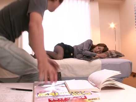 寝てる家庭教師のおま〇こを押してみる「何で止めちゃうのよ!」フェラされる生徒