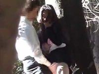 彼氏の手を引き木陰でおま〇こをイジられて嬉しそうな彼女!さらに嬉しそうにフェラ