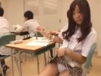 授業中にパンツを見せてくる女の子「見せてあげる..」ペンをおま〇こに押し込む