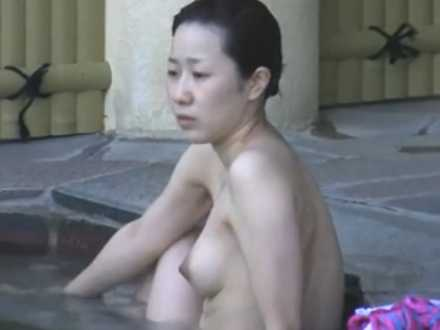 露天風呂でストレッチするお姉さん!体を捻っても崩れない美乳にとんがり乳首