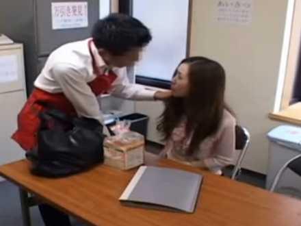 万引き美人妻のカラダをベタベタ触る店長「入れていい?」断れずに挿入される