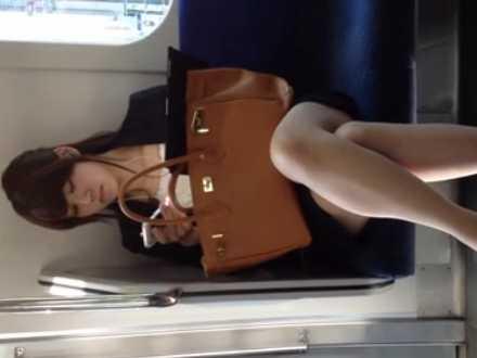 電車対面パンチラ!足を組んで座る美人OLを正面から狙い立ち上がる瞬間チラッ