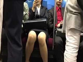 電車内座りパンチラ!膝の間が空いたミニスカ女性は接近して真正面から狙う