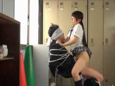 椅子に男を縛り騎乗位で腰を振る痴女「チ〇ポ硬くしろよ!」中出しされて怒る