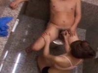 サウナレディをトイレに連れ込む「お触りはダメですよ!」チ〇ポはシゴき続ける
